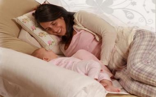 הנומי שומר את התינוק קרוב וכך גם מקל על הנקה