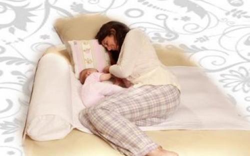 הנומי מאפשר לאמא ולתינוק לישון בבטחה באותה המיטה